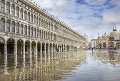 Marktplatz San Marco während der Flut u. x28; acqua alta& x29; Stockbilder