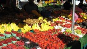 Marktstall, der frische Frucht verkauft lizenzfreie stockbilder