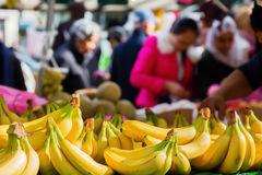 Marktstall mit Bananen Stockfotos