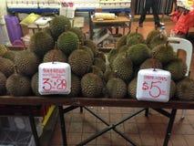 Marktstand für Durianfrüchte in Asien Stockfotos