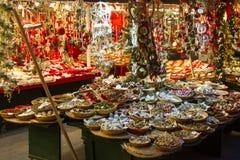 Marktstand mit einer Vielzahl von Geschenken auf einem Weihnachtsmarkt stockfotografie