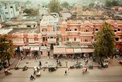 Marktstraße der historischen Stadt mit Zyklen und gehenden Leuten Lizenzfreies Stockbild