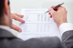 Marktstudieform des Geschäftsmannes füllende Lizenzfreie Stockfotos
