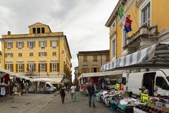 Markttijd in Sarzana, Italië royalty-vrije stock foto