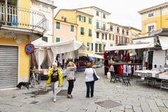 Markttijd in Sarzana, Italië royalty-vrije stock afbeelding