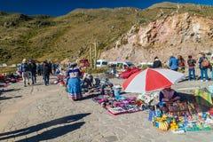 Marktverkopers bij het Cruz Del Condor-gezichtspunt stock fotografie