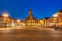 Marktvierkant bij nacht in Delft, Nederland stock afbeelding