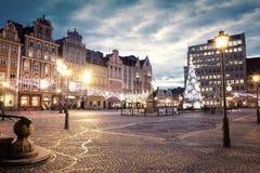 Marktvierkant op Kerstmistijd bij avond in WrocÅ 'aw, Polen royalty-vrije stock afbeeldingen