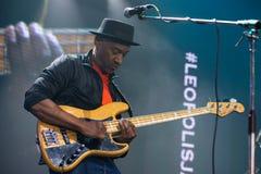 Markus Miller com a guitarra-baixo na fase de um festival de jazz fotos de stock