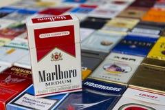 Marlboro-pak op vele verschillende die sigaretten op 25 Maart, 2017 in Praag, Tsjechische republiek worden gefotografeerd Royalty-vrije Stock Fotografie