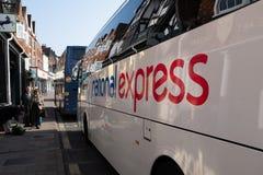 Marlborough Wiltshire, England, mars, 30, 2019: Handtagen för National Expressbussservice in i stoppet i Marlborough arkivfoto