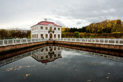 Marli宫殿在Peterhof公园。 俄国 免版税图库摄影