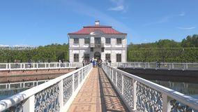 Marly Palace auf dem Teich, sonnig Maifeiertag Peterhof stock video
