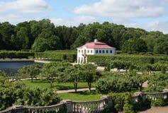 Marly Palace in Peterhof, heilige-Petersburg Royalty-vrije Stock Afbeeldingen
