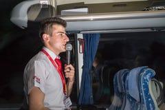 Marmaris, Турция - 19-ое мая 2018: Мужской туристический гид с микрофоном в шине стоковые изображения