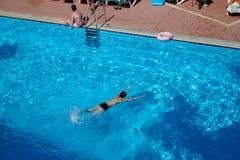 Marmaris, Турция - 23-ье мая 2018: Бассейн в гостинице и мальчик в ей стоковые изображения