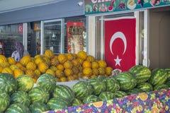 MARMARIS, die TÜRKEI - 10. Juni 2017: reife Wassermelonen und Melonen auf den Regalen von türkischen Märkten Stockbilder