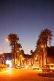 Marmaris huvudsaklig bulevard vid natten Turkiet Arkivbild