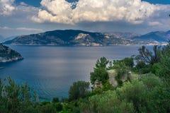 Marmaris Turkiet Landskap för ö, för hav och för molnig himmel Amos Ancient City stadsväggar från Kumlubuk Lycian v?g arkivbild