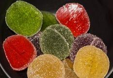 Marmelade de Colouful no copo escuro por feriados imagens de stock royalty free