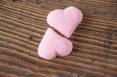 Marmelade in de vorm van harten op een houten achtergrond Stock Foto's
