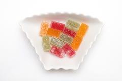 Marmelade im Zucker in der Platte lokalisiert auf Weiß Stockfoto