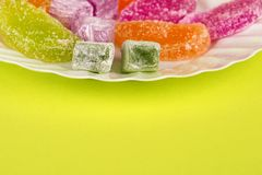 Marmelade und Freude auf einem gelben Hintergrund Mehrfarbige Marmelade der t?rkischen Bonbons S??e Fruchtzitronenmarmelade Jelly lizenzfreie stockbilder