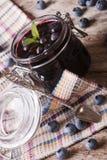 Marmeladebosbes in dichte omhooggaand van de glaskruik verticaal Stock Foto's