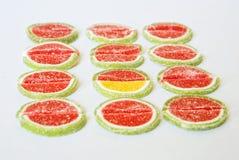 Marmeladskivor i form av vattenmelon och limefrukt på en vit bakgrund folkmassan ut plattforer royaltyfria bilder