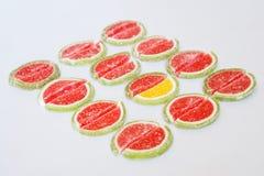 Marmeladskivorna i form av vattenmelon- och limefruktlögn på en vit yttersida folkmassan ut plattforer arkivbild