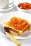 Marmellata d'arance su pane tostato Fotografia Stock