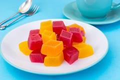 Marmellata d'arance sul piatto e tè in tazza, fondo blu Immagini Stock Libere da Diritti