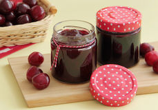 Marmellata di amarene casalinga e ciliege fresche su fondo Fotografie Stock