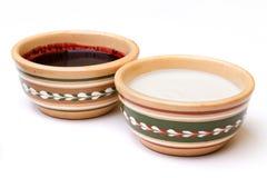 Marmellata di amarene e della crema acida nella ciotola di ceramica Fotografie Stock Libere da Diritti