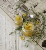 Marmellata di arance in piccoli barattoli di vetro con i rosmarini, fuoco selettivo Fotografia Stock Libera da Diritti