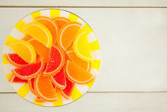 Marmellata di arance sul piatto sulla vista superiore del fondo bianco Fotografia Stock Libera da Diritti
