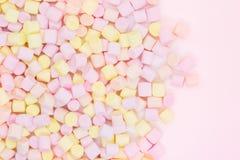 Marmellow空气在桃红色背景的蛋白软糖特写镜头,淡色,清淡的点心,文本的地方 免版税库存图片