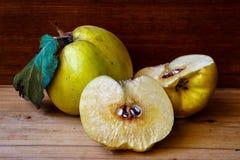 Marmelo amarelo e maduro Imagens de Stock