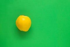 Marmelo amarelo no verde Imagens de Stock Royalty Free