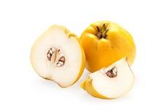 Marmelo com fatias em um branco Imagens de Stock