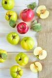 Marmelo e maçãs em de madeira Imagens de Stock