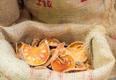 Marmelos de Aegle, hierba seca en bolso del saco Foto de archivo