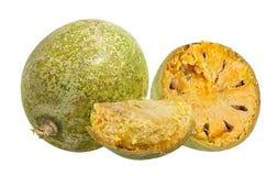 Marmelos del fruta de Bael o maderas de la manzana de la fruta de Aegle en un blanco Foto de archivo