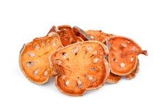 Marmelos secados del aegle del té de la fruta del bael en blanco Imágenes de archivo libres de regalías