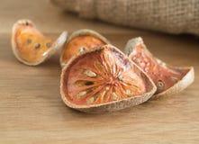 Marmelos secos de Aegle en la tabla de madera Fotos de archivo libres de regalías