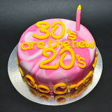 Marmer gekleurde cake voor het vieren van de 30ste verjaardag Stock Foto's