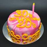 Marmer gekleurde cake voor het vieren van de 30ste verjaardag Stock Afbeeldingen