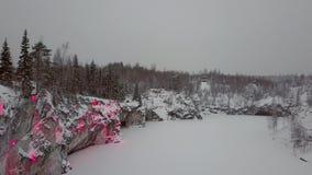 Marmer kanyon in Ruskeala, Karelië in de winter, Rusland stock footage