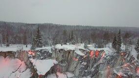 Marmer kanyon, sneeuwmeer, in Ruskeala, Karelië in de winter, Rusland stock videobeelden