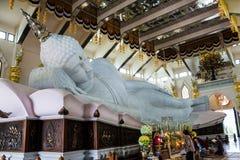 Marmer van het Doen leunen van het standbeeld van Boedha in Tempel van watpaphukon, Azië Stock Foto's